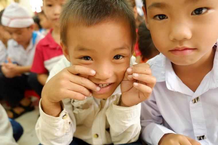 Khuôn mặt ngây thơ của các em học sinh trường tiểu học Trung Sơn