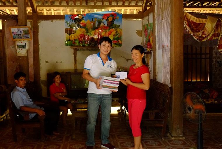 Ông Trần Duy Khánh: Giám đốc công ty Cổ phần thương mại và dịch vụ du lịch Đại Dương cùng đoàn từ thiện đến thăm hỏi và tặng quà cho các gia đình có hoàn cảnh khó khăn tại xã Trung Sơn