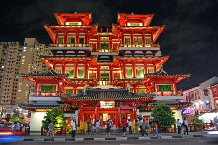 Đi qua sân của Bảo tàng và đền thờ Phật Nha Tự để tìm nơi bán đồ ăn ngon đúng điệu Singapore