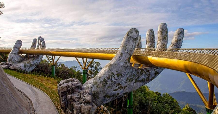 Đến cầu Vàng thì phải check-in cho bằng bạn bằng bè chứ