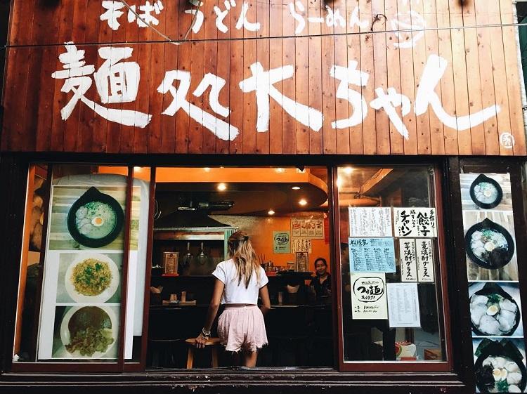 """Tông màu vàng ấm áp của những nhà hàng này khiến các bức ảnh thêm """"ảo diệu""""."""