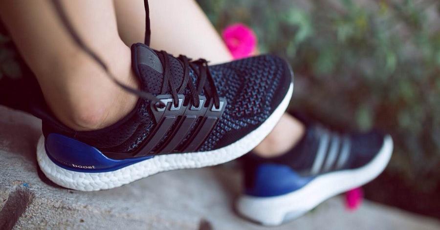 Hãy mang giày thể thao thay vì những đôi giày cao gót