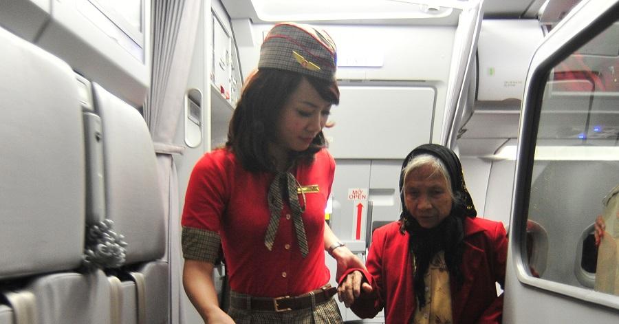 Người cao tuổi sẽ nhận được sự trợ giúp của tiếp viên khi đi máy bay một mình