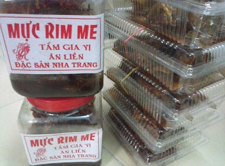 Nếu kể đến đặc sản Nha Trang bạn không thể không nhắc đến các món được chế biến từ mực và ghẹ. Mực và ghẹ ở Nha Trang không chỉ là một loại hải sản quen thuộc ở đây mà còn là một món quà ý nghĩa cho người thân bạn bè được các du khách vô cùng ưa thích. Có lẽ vì Nha Trang là thành phố biển cho nên những đồ hải sản ở đây luôn tươi ngon và mang một mùi vị độc đáo rất riêng.