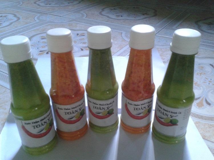 Muối ớt chanh Nha Trang đơn giản được làm từ các nguyên liệu chính như: đường, muối, ớt, chanh. Qua bàn tay của người chế biến đã tạo ra món nước chấm ngon sánh mịn, cay nồng nhưng vẫn giữ được hương vị đặc trưng mà không lẫn với bất kỳ loại nước chấm nào khác.
