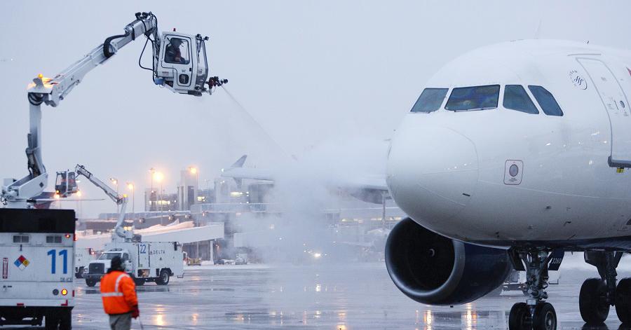 Trước mỗi chuyến bay, nhân viên sẽ phun chất chống đóng băng cho động cơ