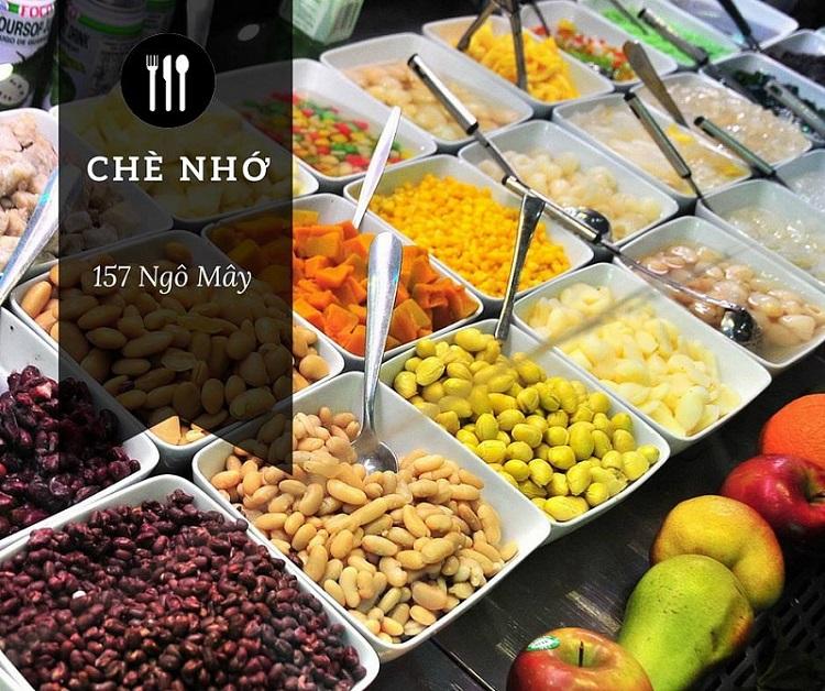 Quán chè Nhớ ở địa chỉ số 157 Ngô Mây có thể coi là quán chè nổi tiếng nhất Quy Nhơn, nằm ngay đường Ngô Mây, kế bên là trường Đại Học Quy Nhơn nên còn được gọi là quán chè sinh viên. Ngoài chè, khu đường Ngô Mây cũng rất nổi tiếng với nhiều món ăn vặt hấp dẫn khác.