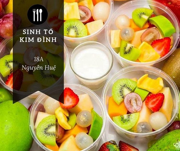 Quán sinh tố Kim Đình ở địa chỉ số 18A Nguyễn Huệ rất nổi tiếng ở Quy Nhơn. Trái cây ở đây rất tươi, ngon, giá cả lại phải chăng. Ngoài ra, quán còn có bán luôn bánh bèo, nếu bạn thích đổi món.